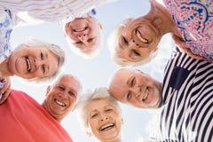 Ältere Freunde, die im Kreis stehen Stockbild