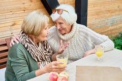 Ältere Freundinnen im Café zusammen stockbild
