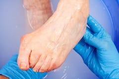 Ältere Fußhygiene stockfoto