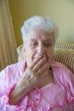 Ältere gähnende Frau Stockfotos