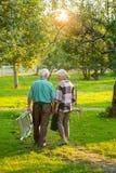 Ältere Gärtnerpaare, hintere Ansicht lizenzfreie stockbilder