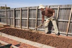 Ältere Gartenarbeit mit Gartengabel Lizenzfreies Stockfoto