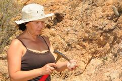 Ältere Geologe-Frau lizenzfreies stockfoto