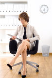 Ältere Geschäftsfrau im Büro Stockfoto