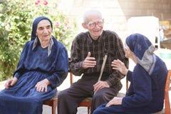 Ältere am Gespräch stockfotografie
