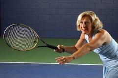 Ältere Gesundheits-Tennis-Position Lizenzfreie Stockfotografie