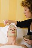 Ältere Gesundheits-und Schönheits-Gesichtsschablonen-Anwendung Lizenzfreies Stockfoto