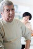 Ältere glückliche Paare an der Küche stockbilder