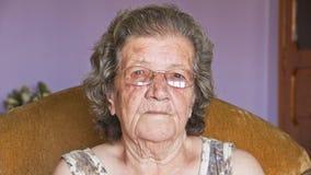 Ältere Großmutter Frau des Portraits, die Kamera schaut Lizenzfreie Stockfotografie