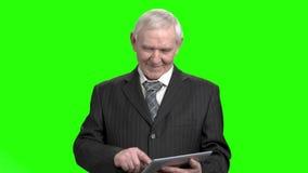 Ältere Großvatergebrauchstablette stock footage