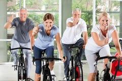 Ältere Gruppe in den Gymnastikholdingdaumen Lizenzfreies Stockfoto