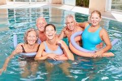 Ältere Gruppe tut aquafitness Kurs Stockfotos