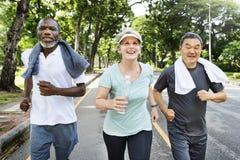 Ältere Gruppen-Freund-Übung entspannen sich Konzept stockfotos