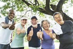 Ältere Gruppen-Freund-Übung entspannen sich Konzept stockbilder