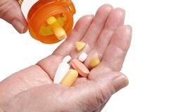Ältere Hände und Pillen Stockfoto