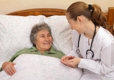 Ältere häusliche Pflege stockbild