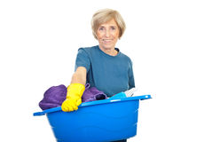 Ältere Hausfrau mit Wäscherei Lizenzfreie Stockfotografie
