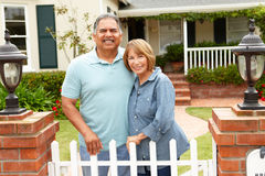 Ältere hispanische Paare außerhalb des Hauses Stockfotos
