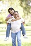 Ältere hispanische Paare, die Spaß im Park haben Lizenzfreies Stockfoto