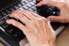 Ältere im Computer Stockfotografie