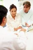 Ältere indische Paar-Sitzung mit Finanzberater zu Hause Stockbild
