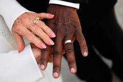 Ältere Jungvermähltenhände und -ringe Stockfotografie