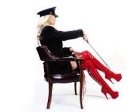 Ältere kaukasische blonde Frau lädt Jacken-Hut-Sitzen auf Lizenzfreie Stockfotos