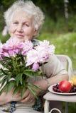 Ältere lächelnde Frau stockfotografie