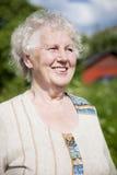 Ältere lächelnde Frau stockfoto