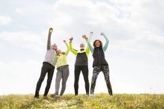 Ältere Läufer draußen, stehend, Hände in der Luft still lizenzfreie stockfotografie