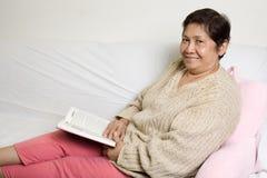 Ältere Lesung lizenzfreies stockfoto