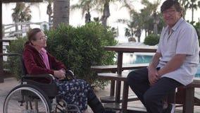 Ältere Leute des netten Gespräches am Feiertag in Zypern stock video