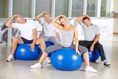 Ältere Leute, die Übungen gegen Nackenspannung tun Lizenzfreie Stockfotos