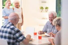Ältere Leute, die Abendessen essen lizenzfreie stockfotografie