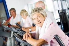 Ältere Leute, die in der Gymnastik trainieren Stockbild