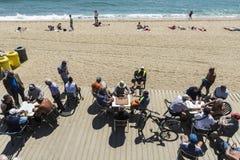 Ältere Leute, die Dominos auf dem Strand, Barcelona spielen Lizenzfreie Stockbilder