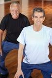 Ältere Leute, die in Gymnastik umziehen Stockbilder