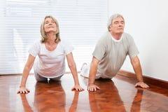 Ältere Leute, die Yogaübung tun stockfotos
