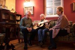 Ältere Leute genießen in der Freundschaft am Pflegeheim lizenzfreie stockfotos