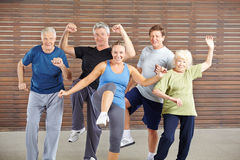 Ältere Leute an piloxing Klasse in der Turnhalle Lizenzfreies Stockfoto