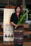 Ältere Lua Hill-Stammminderheit, die Show ihre Kleider aufwirft Lizenzfreies Stockbild