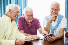 Ältere Männer, die zusammen Zeit verbringen Stockbild