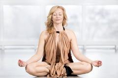 Ältere meditierende Frau Stockfotos