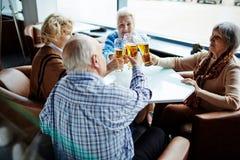 Ältere Menschen mit Biergläsern Stockfotos