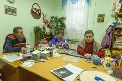 Ältere Menschen während der Beschäftigungstherapie für eldery und in der Rehabilitationsabteilung in der Mitte gesperrt Stockfotografie