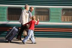 Ältere mit Enkel auf Station Stockbild