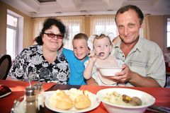 Ältere mit Enkelkindern Lizenzfreies Stockbild