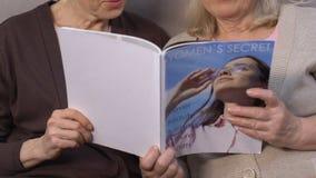 Ältere moderne Frauenlesezeitschrift, suchend nach Schönheitsrezept, Cosmetology stock video