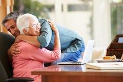 Ältere Mutter, die vom erwachsenen Sohn getröstet wird Stockfotografie