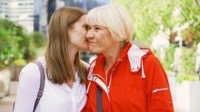 Ältere Mutter und ihre junge Tochter, die auf Straße steht Glückliche Familie, die zusammen Zeit genießt stock video footage
